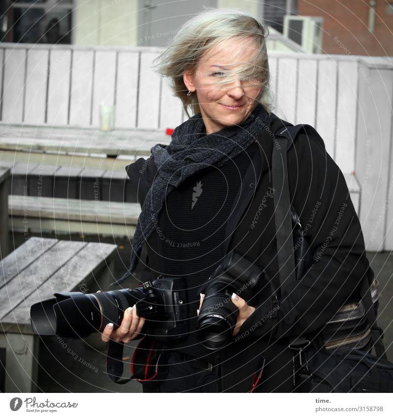 Multitalent Frau Mensch Stadt Erwachsene Leben feminin Stimmung Zufriedenheit blond Lächeln Lebensfreude Wind Schönes Wetter beobachten Neugier festhalten