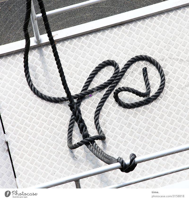 gewunden Schifffahrt Seil Ponton Geländer angekettet Metall Linie Knoten Schleife maritim dünn schwarz weiß Gelassenheit Hilfsbereitschaft Inspiration