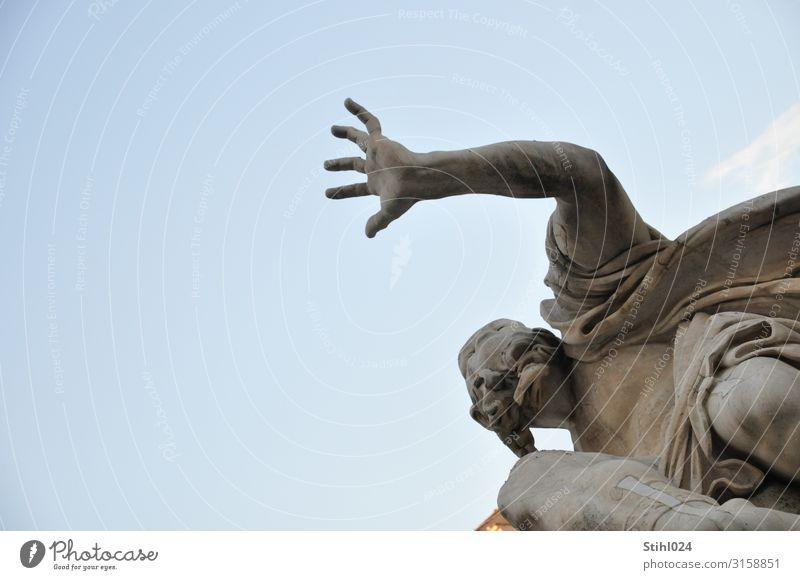 fassungslose Hand maskulin Männlicher Senior Mann 1 Mensch 45-60 Jahre Erwachsene 60 und älter Kunst Kunstwerk Skulptur Wolkenloser Himmel Fluss Rom Italien