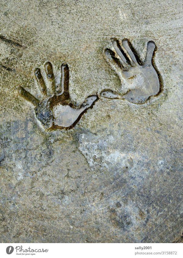 give me ten... Hand Abdruck Handabdruck Stein Fels 2 Hände Paar winken Geste Mensch Finger Eindruck negativ Kinderhand nass Wasser Form Spuren hinterlassen