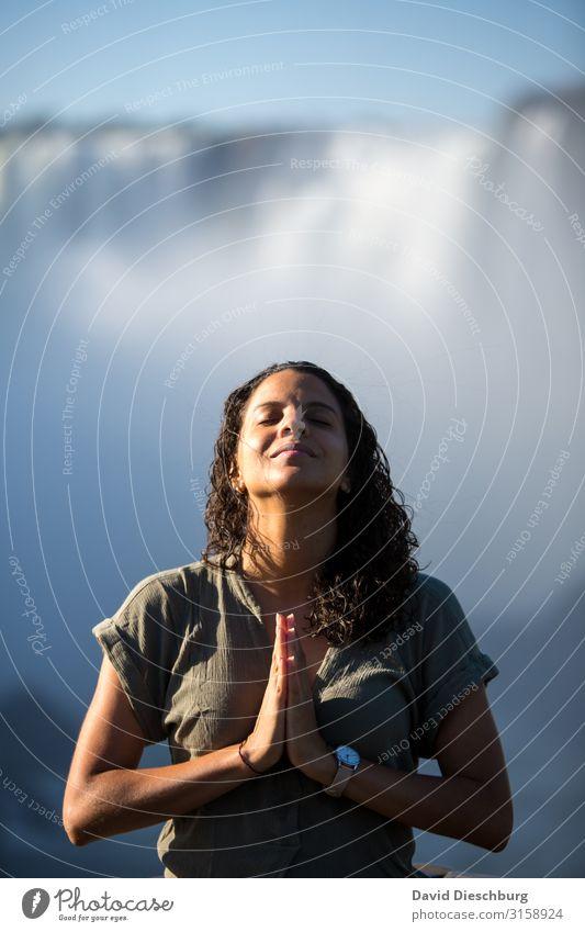 Tief durchatmen Mensch Ferien & Urlaub & Reisen Natur Hand Erholung Gesicht Religion & Glaube feminin Glück Tourismus Zufriedenheit Abenteuer Schönes Wetter