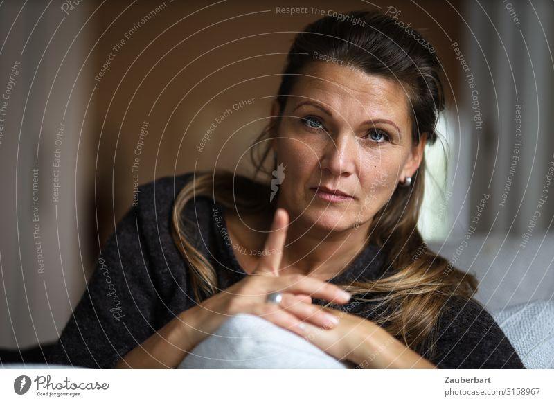 Achtung - Erwachsene Frau schaut in die Kamera mit erhobenem Zeigefinger feminin 1 Mensch 30-45 Jahre brünett langhaarig beobachten Beratung Kommunizieren