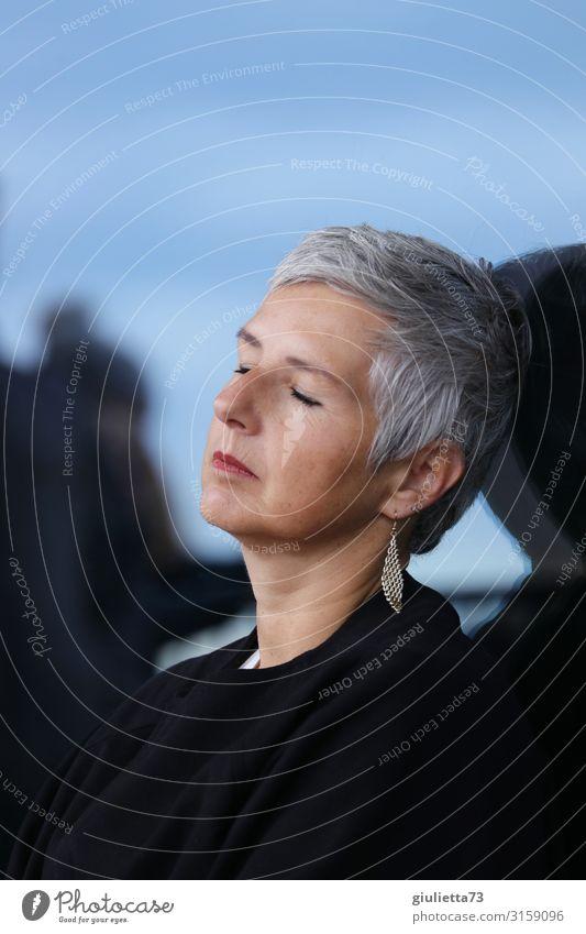 Kurze Auszeit | UT HH19 Frau Erwachsene Weiblicher Senior Leben Mensch 45-60 Jahre 60 und älter Ohrringe grauhaarig kurzhaarig Erholung schlafen ästhetisch