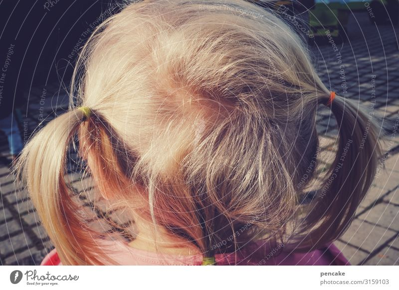 schaumermal Mensch feminin Mädchen Kindheit Kopf Haare & Frisuren 3-8 Jahre blond Zopf beobachten Denken authentisch Erwartung Blick Farbfoto Außenaufnahme