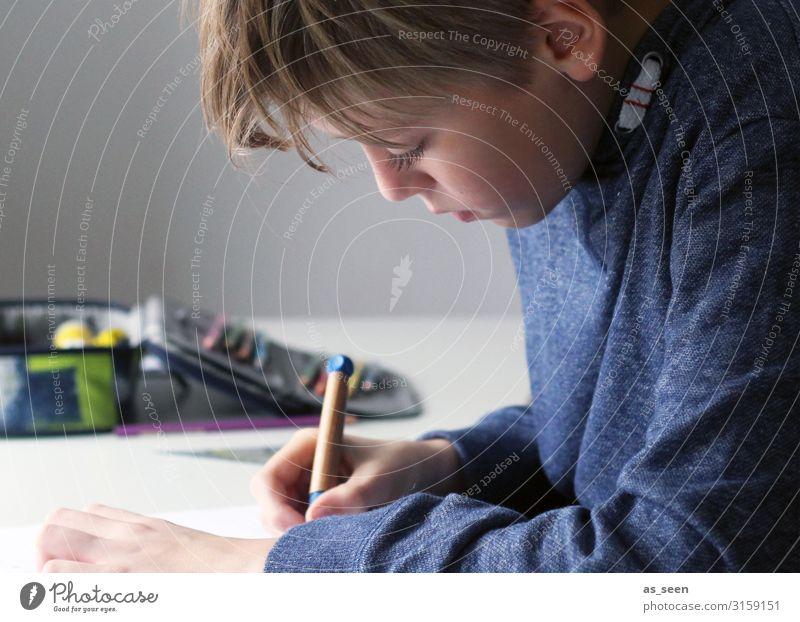 Hausaufgaben Freizeit & Hobby Wohnung Tisch Kinderzimmer Kindererziehung Bildung Schule lernen Schulkind Schüler Junge Kindheit Jugendliche Gesicht Hand