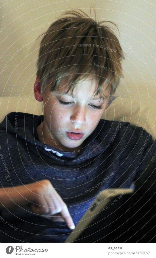 Handy und Co Kindererziehung Bildung PDA Notebook Unterhaltungselektronik Telekommunikation Informationstechnologie Internet Junge Jugendliche Gesicht Finger