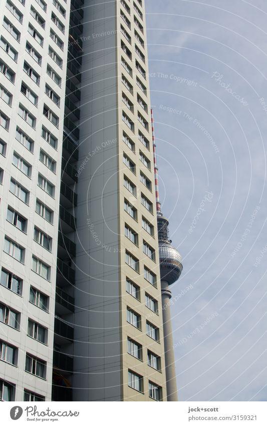gespannte Platte Wolkenloser Himmel Berlin-Mitte Hauptstadt Stadtzentrum Plattenbau Wohnhochhaus Fassade Berliner Fernsehturm Bekanntheit lang Originalität