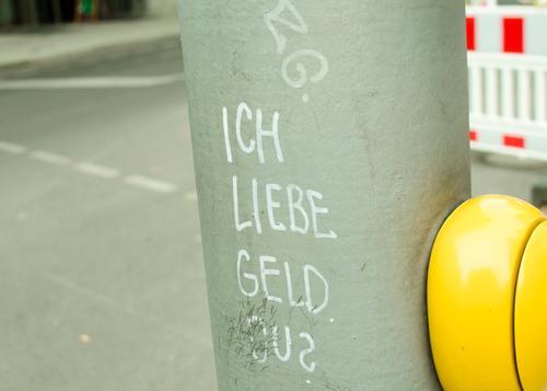 Frage des Geldes Stadt grün gelb Wege & Pfade Stimmung Metall Perspektive Schönes Wetter einzigartig Neugier Sicherheit Kunststoff Barriere Fragen Straßenkunst