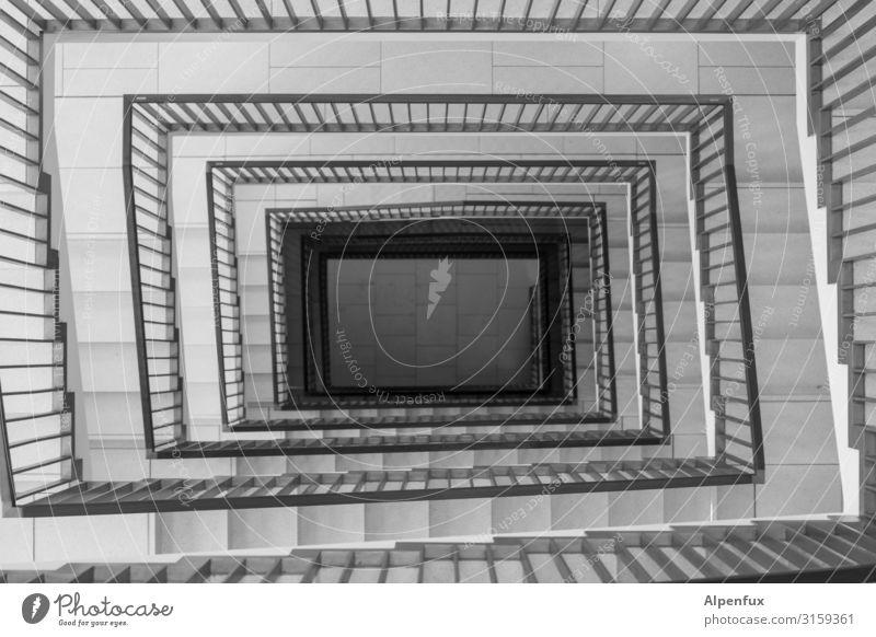 Schnörkellos Treppe springen ästhetisch hoch kalt Beginn Angst anstrengen Einsamkeit geheimnisvoll Kreativität Ordnung Politik & Staat Religion & Glaube Tod
