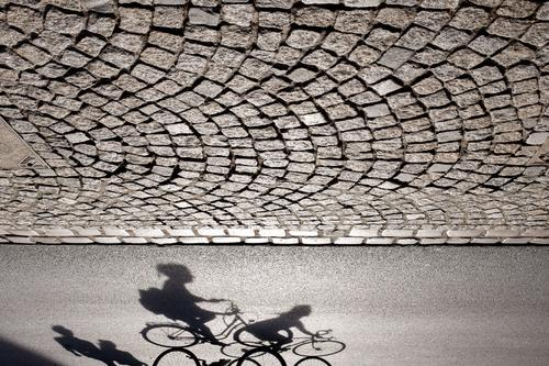 Schattenspiel III Sport Arbeit & Erwerbstätigkeit Münster Deutschland Stadt Verkehr Berufsverkehr Straßenverkehr Fahrradfahren Fußgänger Wege & Pfade gehen