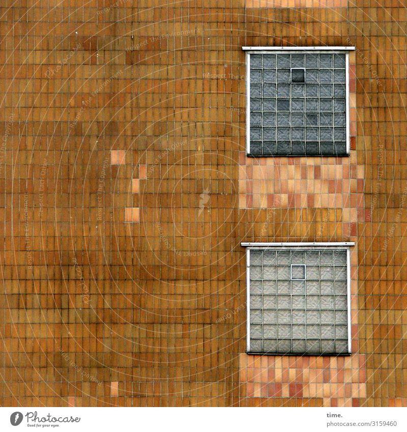 gekachelt Haus Gebäude Architektur Mauer Wand Fassade Fenster Fliesen u. Kacheln Glasbaustein Luke luftig lüften Stein Linie Streifen alt eckig kaputt trashig