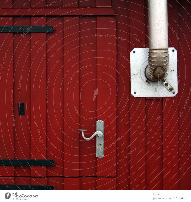 Entrees (V) Haus Bauwagen Mauer Wand Fassade Tür Schornstein Griff Scharnier Ofenrohr Holz Streifen dunkel rot silber gewissenhaft Leben Neugier Überraschung