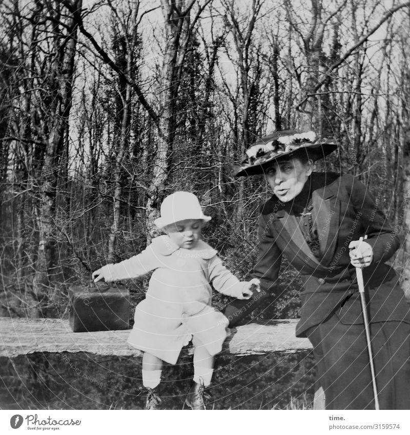 reisefertig maskulin feminin Kind Frau Erwachsene Großmutter 2 Mensch Schönes Wetter Wald Kleid Koffer Spazierstock Hut Bank beobachten festhalten Kommunizieren