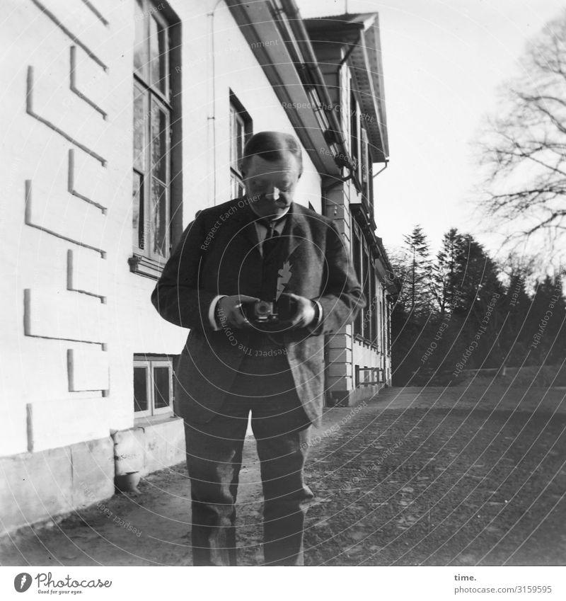photographing the photographer Freizeit & Hobby maskulin Mann Erwachsene 1 Mensch Fotokamera Fotograf Fotografieren Haus Mauer Wand Fassade Anzug brünett