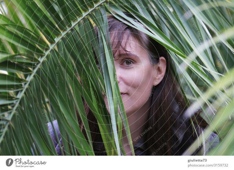 Etwas schüchtern... | UT HH19 Junge Frau Jugendliche Erwachsene Leben Mensch 30-45 Jahre Grünpflanze exotisch Palme Palmenwedel beobachten Blick authentisch