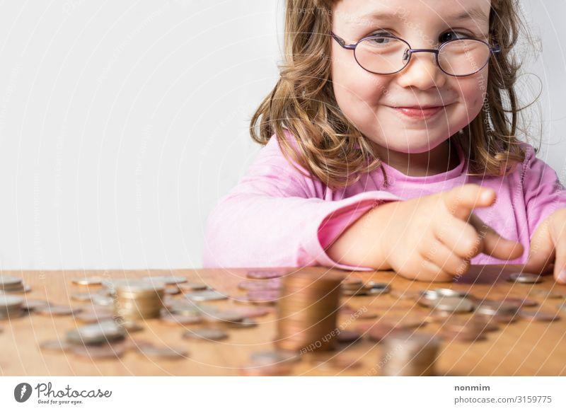 Lächelndes Mädchen, das Geld für Ersparnisse zählt. sparen Spielen Kind Schule Wirtschaft Business Brille reich Zukunft Münzen Zählen Bargeld berechnend Pfand
