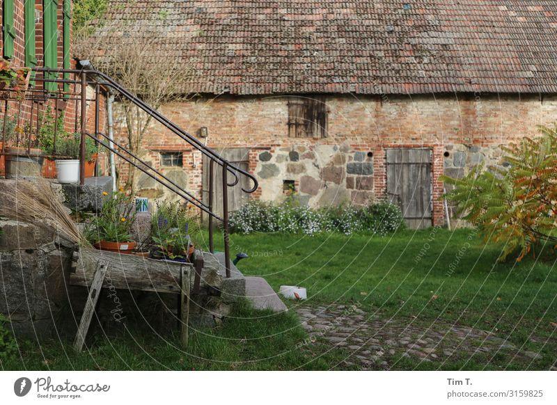 Bauernhof Dorf Menschenleer Haus Bauwerk Gebäude Mauer Wand Garten Tür nachhaltig Selbstständigkeit Vergangenheit Häusliches Leben Farbfoto Außenaufnahme Tag