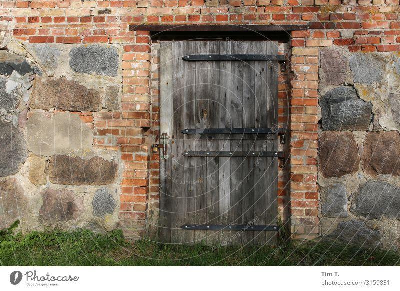 Bauernhof Polen Haus Bauwerk Gebäude Stall Tür Zeit Stein Mauer Farbfoto Außenaufnahme Menschenleer Tag