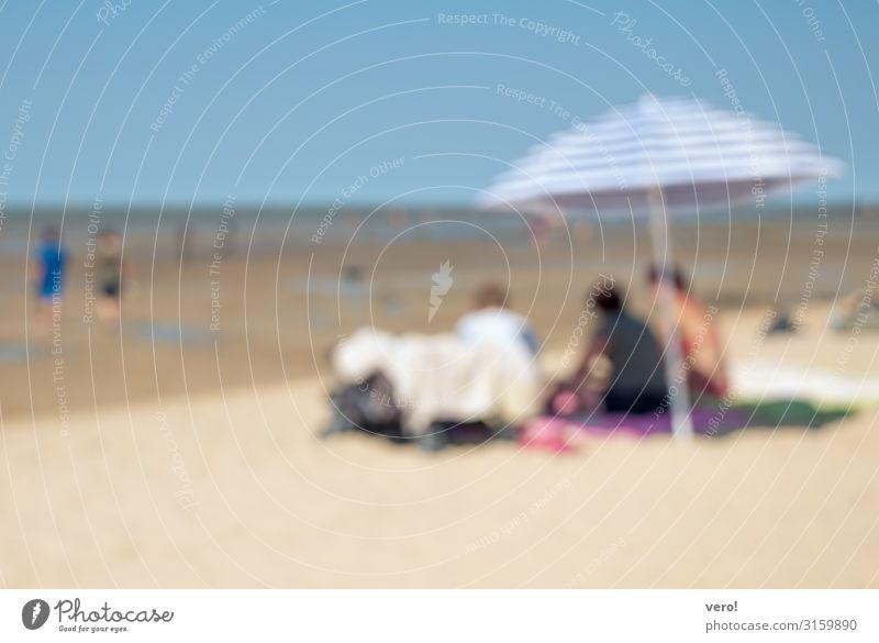 Was vom Sommer übrig blieb... Ausflug Sommerurlaub Sonne Strand Meer Mensch 3 Sonnenschirm Sand Schwimmen & Baden Erholung Kommunizieren sitzen träumen Glück