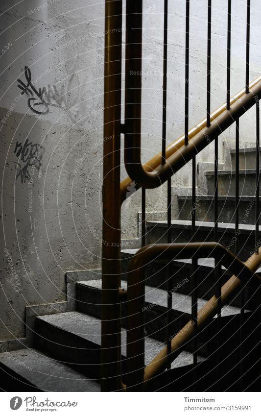 Aufwärts Tiefgarage Treppe Beton Metall Graffiti Linie dreckig dunkel gelb grau schwarz weiß Gefühle Platzangst Treppengeländer Farbfoto Innenaufnahme