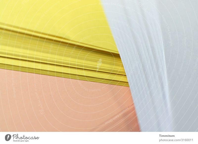 Papier auf Schreibtisch Arbeit & Erwerbstätigkeit Arbeitsplatz Büro Linie liegen Sauberkeit gelb weiß ocker Papierstapel Druckerpapier Farbfoto Innenaufnahme