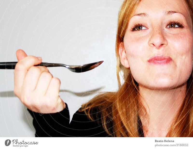 Junge hübsche Frau genießt die Leckerei, die sie auf dem Löffel hat und lächelt verschmitzt Ernährung Lifestyle Gesundheit Wohnung Junge Frau Jugendliche Kopf