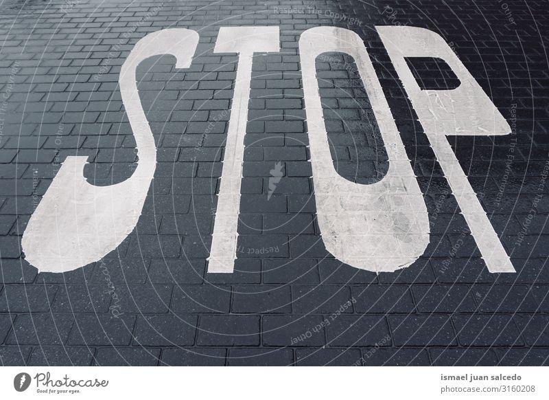 stoppen roas Schild auf der Straße auf der Straße Verkehrsgebot Signal Asphalt Hinweisschild Großstadt Verkehrsschild Symbole & Metaphern Weg Vorsicht Beratung
