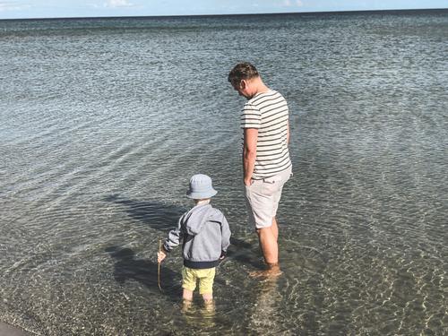 Im Meer stehen Kind Vater Urlaub Wasser Kleinkind Sohn Erholung Sommer Familie & Verwandtschaft Ferien & Urlaub & Reisen Zusammensein Natur Lifestyle Menschen