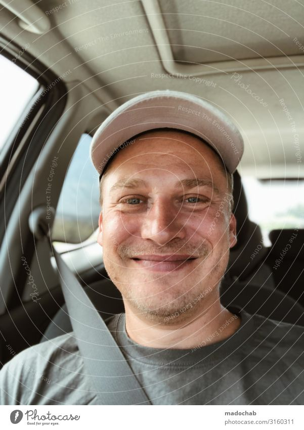 Portrait junger Mann Blickkontakt Junger Mann Jugendliche Erwachsene Lächeln sitzen Freude Glück Fröhlichkeit Zufriedenheit Lebensfreude Optimismus Beifahrer