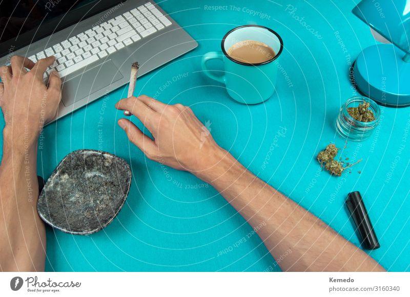 Rauchen eines Marihuana Joint während der Arbeit an einem blauen Tisch. Kräuter & Gewürze Frühstück Heißgetränk Kaffee Espresso Tasse Becher Lifestyle Reichtum