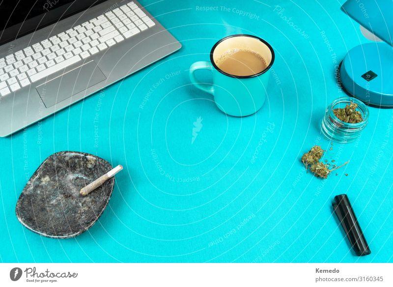 Blauer Arbeitsplatz mit Marihuana Joint, Kaffeetasse und Computer. Süßwaren Frühstück Bioprodukte Lifestyle Design Rauchen Rauschmittel Wellness Leben Erholung
