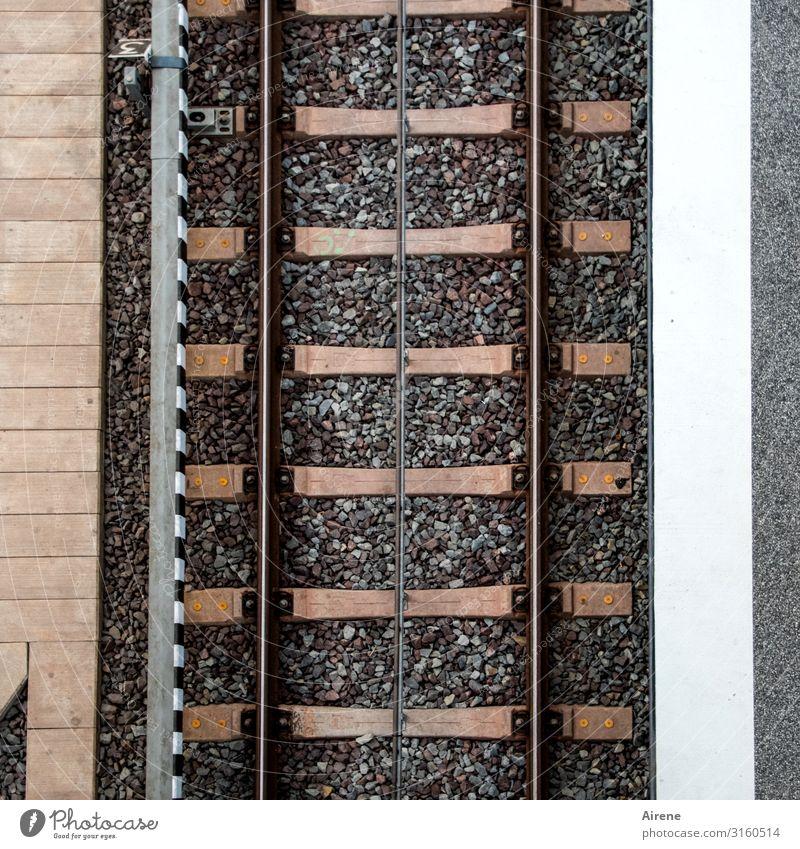 Linienführung | UT Hamburg Schienenverkehr Bahnfahren Bahnhof Bahnsteig Gleise Schienennetz Stein Beton Stahl Backstein parallel Streifen vertikal eckig unten