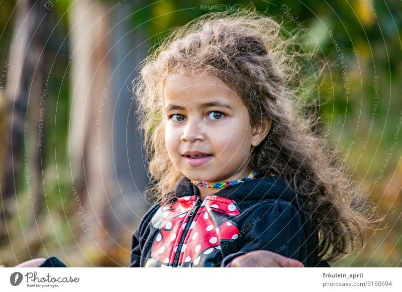 Mädchen Haare & Frisuren Garten Kind feminin 1 Mensch 3-8 Jahre Kindheit Natur Jacke brünett langhaarig Locken Lächeln frei Freundlichkeit Fröhlichkeit braun