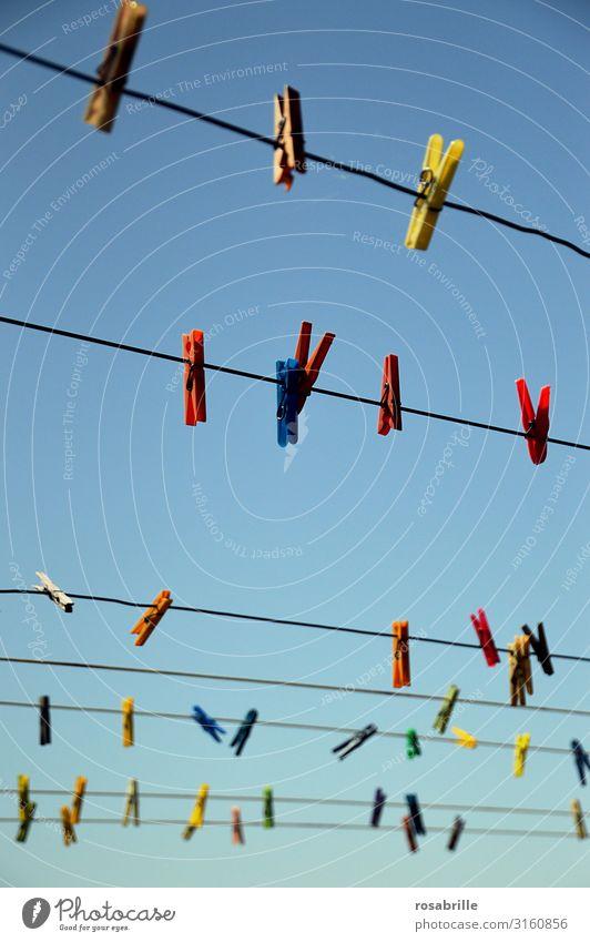 Wäscheleine | Seilschaft Wäscheklammern Himmel blau aufhängen bunt leer warten trocknen Kleidung Luft luftig waschen Klammer Hausarbeit Haushalt halten sauber
