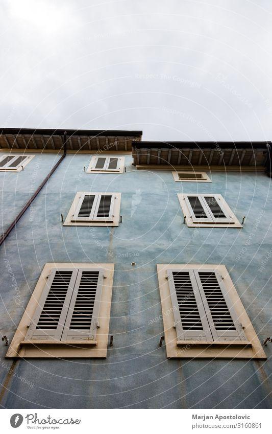 Tiefblick auf die Fenster des Altbaus in San Quirico Architektur Italien Kleinstadt Altstadt Haus Gebäude Mauer Wand Fassade alt retro Stadt türkis