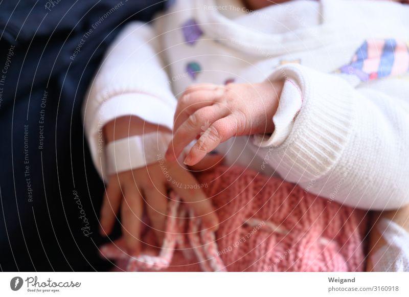 Erster Tag Taufe Mensch Kind Baby 1 berühren Bewegung Farbfoto Innenaufnahme Textfreiraum unten