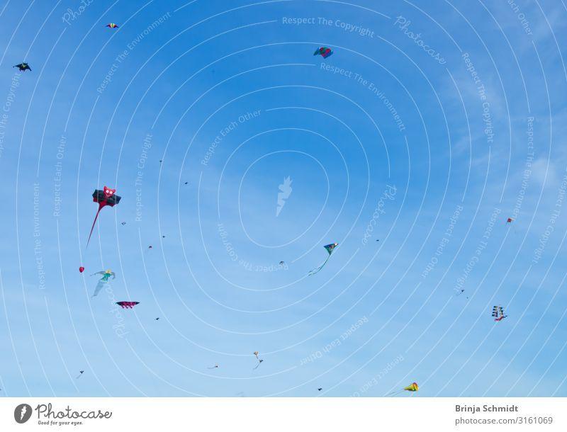 Viele schöne, farbenfrohe Drachen, fliegen im blauen Himmel Freizeit & Hobby Spielen Kinderspiel Drachen steigen lassen Dekoration & Verzierung Sport Fitness