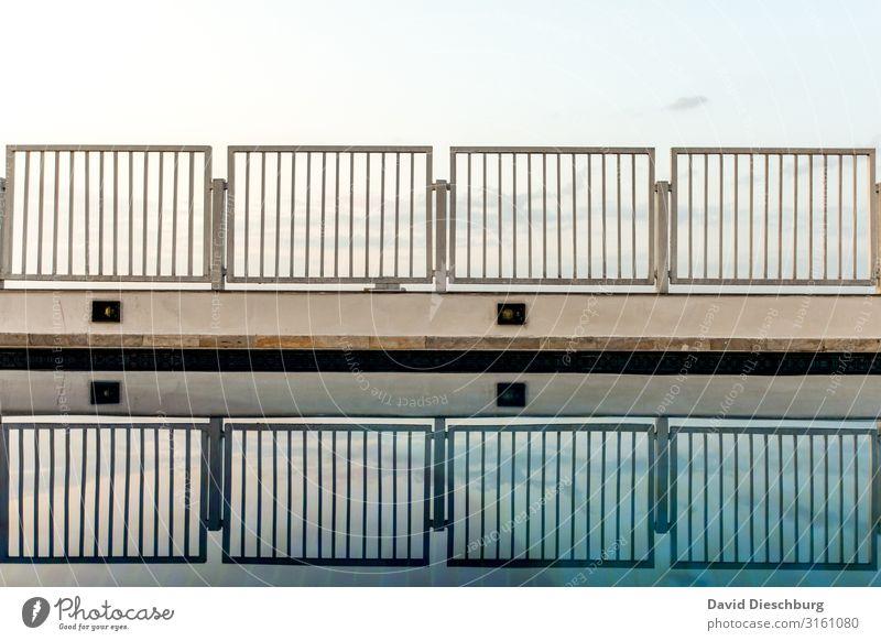 Beckenrand Wasser Himmel Schönes Wetter blau weiß Geländer Zaun Schwimmbad Bademeister Reflexion & Spiegelung Querformat Linie Gitter Barriere