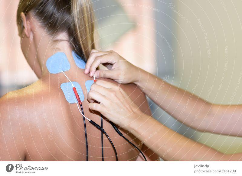 Elektrostimulation in der Physiotherapie für eine junge Frau schön Körper Gesundheitswesen Behandlung Medikament Erholung Massage Arzt Krankenhaus Mensch