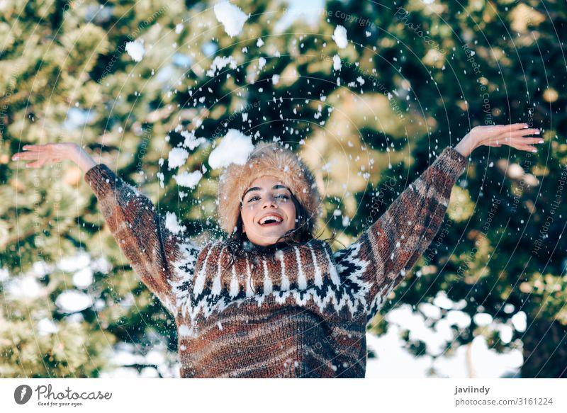 Junge Frau genießt die verschneiten Berge im Winter Lifestyle elegant Glück schön Haare & Frisuren Gesicht Freizeit & Hobby Schnee Berge u. Gebirge Mensch