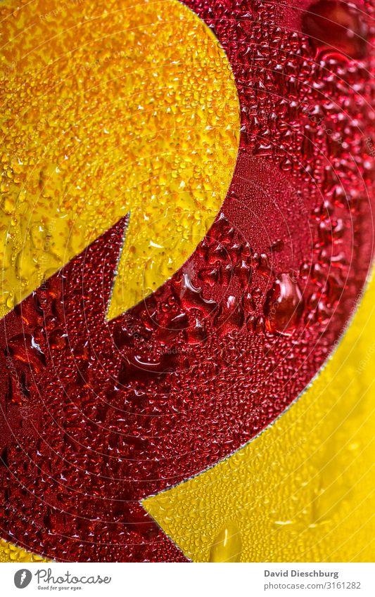 Eiskalt Getränk Erfrischungsgetränk Bier Wasser Wassertropfen Zeichen gelb rot Pfeil Richtung nass Kondenswasser Hochformat Dose gekühlt Farbfoto Nahaufnahme