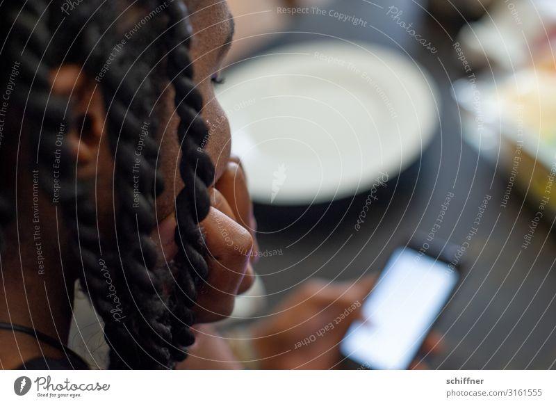 Daddeln Mensch Junge Frau Jugendliche Kopf Haare & Frisuren Hand 1 13-18 Jahre 18-30 Jahre Erwachsene sitzen Kontrolle Handy kommunikativ Kommunikationsmittel