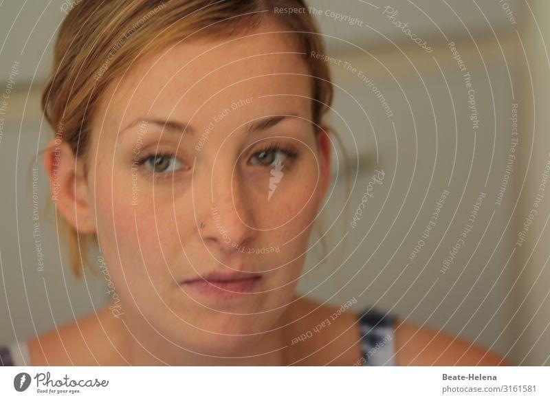 unscharf | vage Gedankenspiele Lifestyle schön ruhig Meditation Junge Frau Jugendliche Kopf Gesicht Mauer Wand blond langhaarig Scheitel Zopf beobachten Denken
