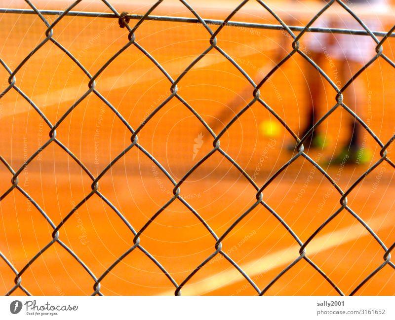 game - set - match... Tennis Tennisplatz Tennisball Tennisspieler Maschendrahtzaun Gitter Tennisnetz Sandplatz rot Spiel Sport Training unscharf