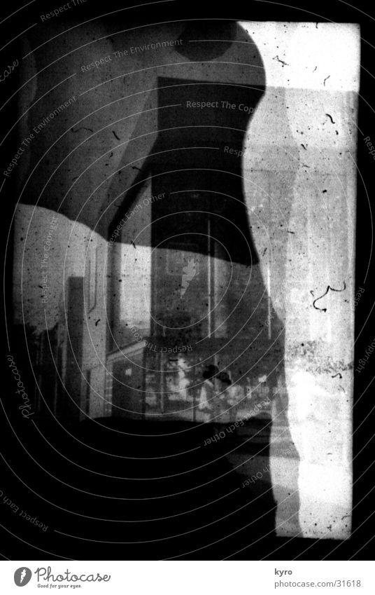 fotoexperiment 2 Fenster Gebäude hell Fassade Ecke Am Rand Belichtung Verlauf unklar Entwicklung unsichtbar Überbelichtung negativ Kratzer Fotolabor