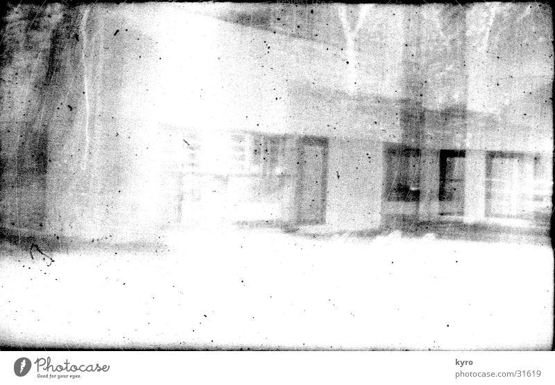 Fotoexperiment 1 unklar Gebäude Fassade Fenster Kratzer Überbelichtung Am Rand negativ Fotolabor Experiment unsichtbar hell