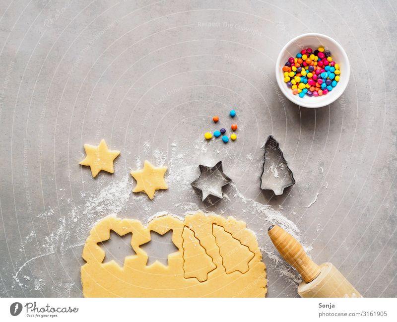 Weihnachtskekse backen mit bunten Streuseln Lebensmittel Teigwaren Backwaren roher teig Keks Geschirr Schalen & Schüsseln Nudelholz Lifestyle