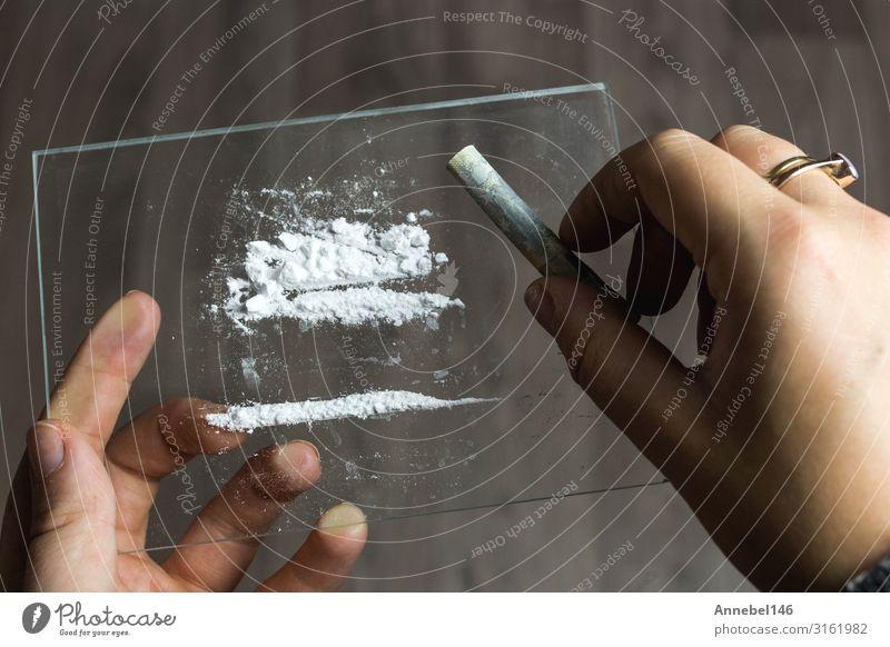 Kokain oder Geschwindigkeit in einer Reihe. Süchtiger mit Euro-Rechnung zum Schnauben, Lifestyle Geld Spiegel Mensch Mann Erwachsene Linie schwarz weiß