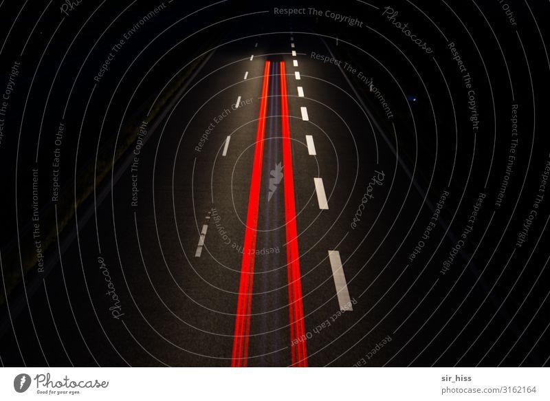 Red Lines Menschenleer Verkehr Autofahren Autobahn Fahrzeug Beton rot schwarz Mittellinie Rücklicht Fahrbahn Fahrbahnmarkierung Asphalt Nachtaufnahme Linie