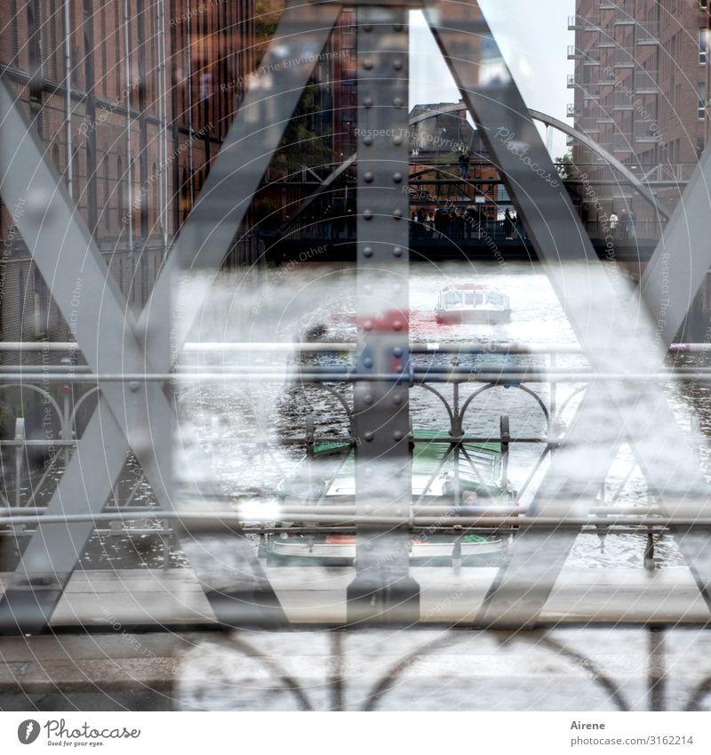 von Brücken und Booten | UT Hamburg Sightseeing Alte Speicherstadt Hafenstadt Fassade Wasserstraße Bootsfahrt Brückengeländer Metall Stahl fahren Blick